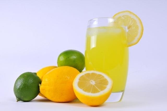 cara alami menghilangkan bau badan tak sedap dengan konsumsi Jus lemon